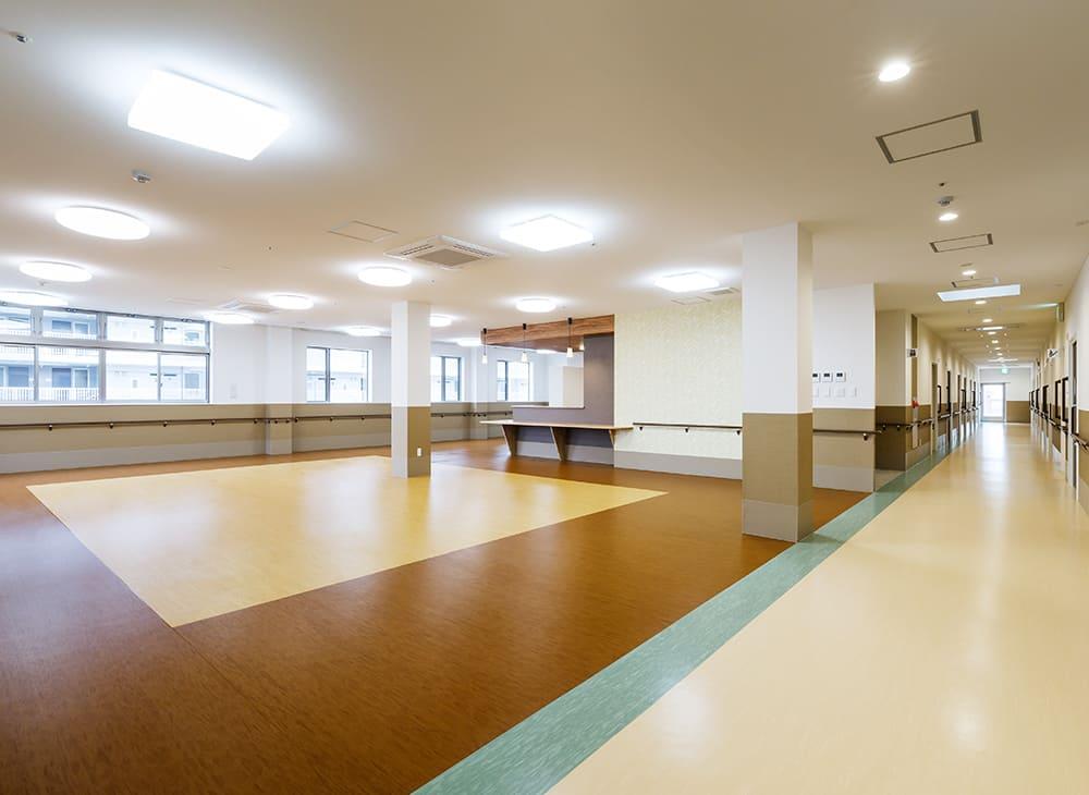 有料老人ホーム「縁」「恵」2階 廊下及び食堂兼機能訓練室(王子建設施工)